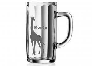 půllitr s vybroušeným obrázkem žirafy a jménem Monika