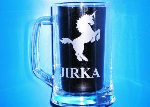 půllitr s koněm, obrázkem koně a jménem Jirka