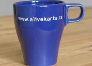 modrý firemní keramický hrneček s názvem firmy