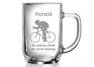 personifikovaný půlitr pro cyklistu s motivem kola a cyklisty