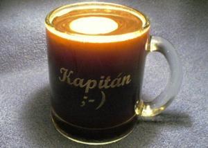 skleněný hrnek na kávu s vybroušenou přezdívkou