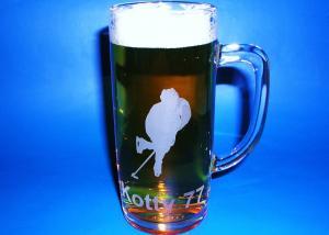 půlitr na pivo s hokejovým motivem a přezdívkou